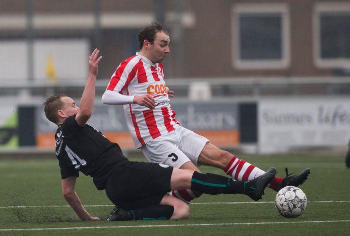 FC Dinxperlo, hier in actie tegen koploper Gendringen, won ruim van Basteom.