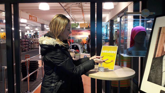Bij de ingang van winkelgigant De Wit in Schijndel staat desinfecterende gel klaar.
