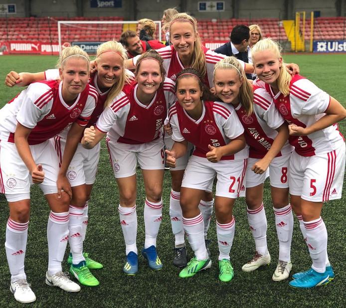 De Ajax-vrouwen vieren feest nadat ze zich hebben geplaatst voor de knock-outfase van de Champions League.
