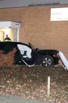 Auto ramt gevel van hospice in Enschede