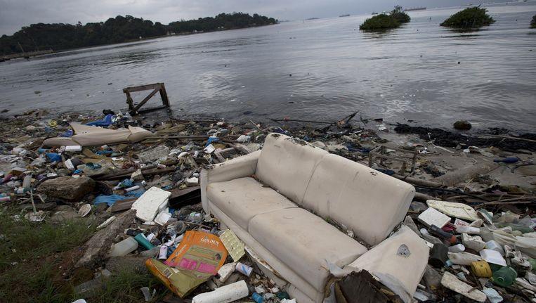 Op het land aangespoelde vervuiling in de baai van Guanabara. Beeld ap