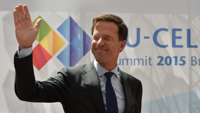Premier Rutte zwaait bij aankomst in Brussel.