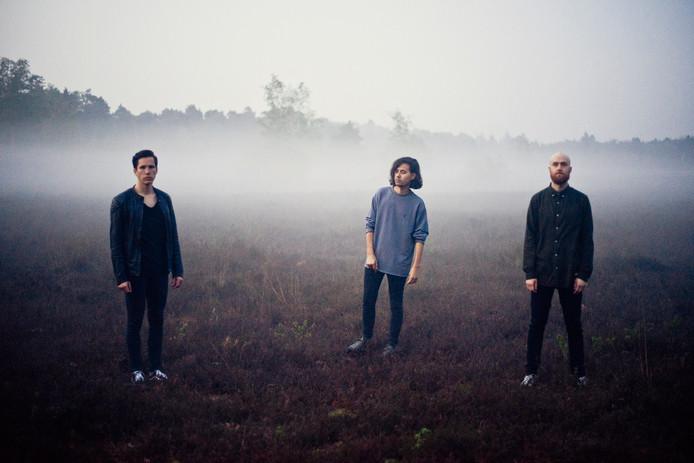 Gifter van links naar rechts: Jurre Keijzers (drums), Danny van der Wielen (zang/gitaar), Frans Jacobs (bass). Didier Smits (gitaar) ontbreekt op deze foto.