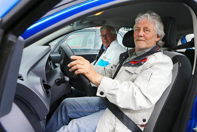 Ries Venderbos achter het stuur van zijn auto voor een 'rondje regio' onder begeleiding van Jan de Jong van Veilig Verkeer Nederland. ,,Rijd maar gewoon zoals je altijd rijdt.''