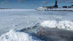VIDEO. Mensen gaan drie keer onder in ijskoud water om Epiphany day te vieren