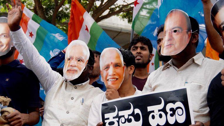 Protesten tegen de regering van Narendra Modi na eerdere maatregelen om zwart geld terug te dringen in India. Beeld epa