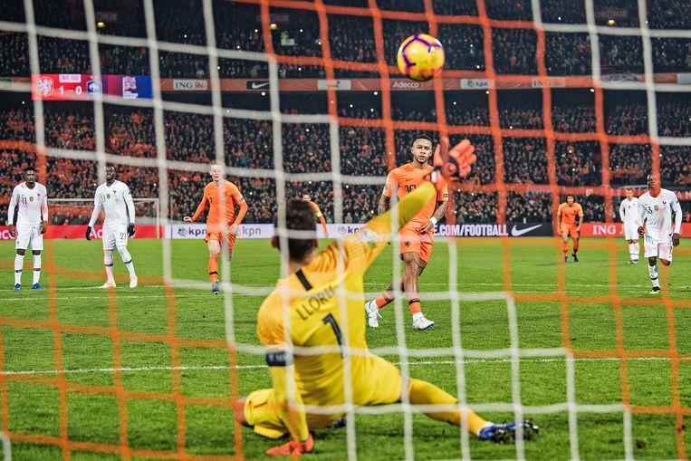 Mephis Depay scoort in blessuretijd een Panenka, 2-0 voor Oranje. Beeld Guus Dubbelman / De Volkskrant
