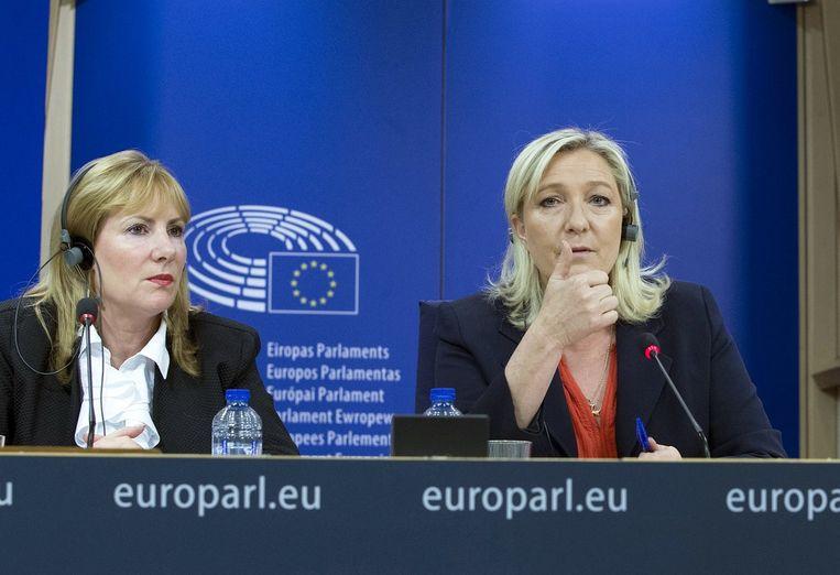 De Britse Janice Atkinson, voormalig lid van UKIP, naast Marine Le Pen.