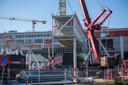 Naast Area 51 (Ketelhuisplein) wordt voor het gebouw Haasje Over de constructie op zijn plaats getild.