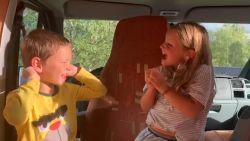 Code oranje in Zweden, maar de kleine Vic en Jade maken zich er geen zorgen tijdens hun vakantie