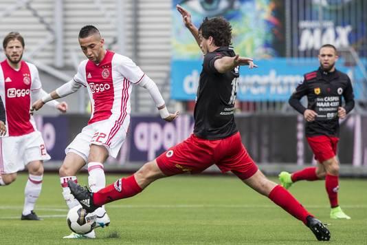 Hakim Ziyech (links) in duel met Jurgen Mattheij van Excelsior.