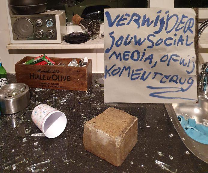 Journalist Chris Klomp vond gisteravond rond 23.15 uur een halve baksteen op zijn aanrecht.