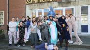 Leerlingen atheneum in pyjama naar school