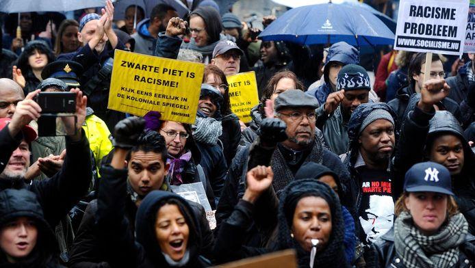 Betogers tijdens een anti-Zwarte Piet protest. Ad van Ekeren roept hen op hun slachtofferrol te vergeten.