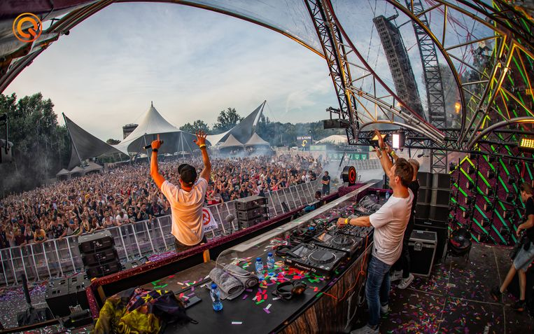 Mark With a K op de Q-Dance Stage van Tomorrowland, samen met MC Chucky.