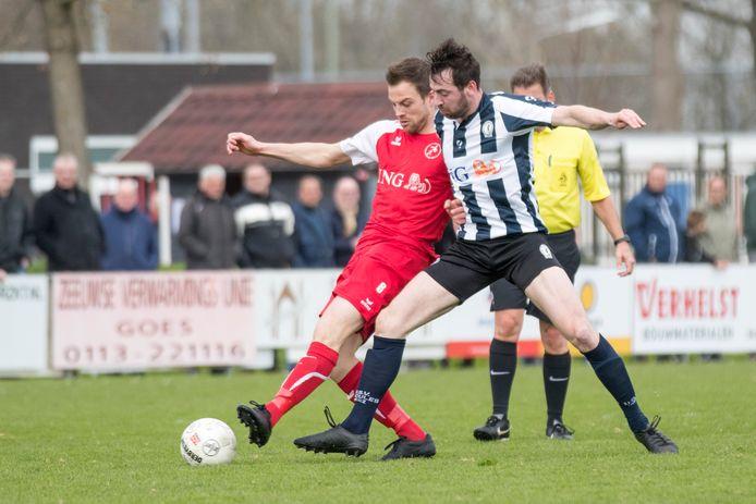 Ruben Hollemans (links), hier in actie tegen Hercules, speelt zondag met Goes op eigen veld tegen HSC'21.