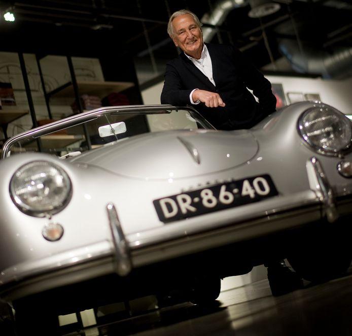 State of Art-eigenaar Albert Westerman in 2016 bij één van zijn Porsches in Lichtenvoorde.