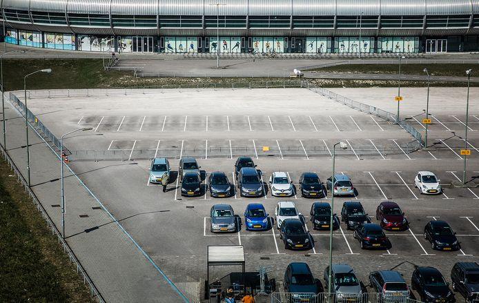 De parkeerplaats tussen Albert Schweitzer ziekenhuis en Sportboulevard in Dordrecht, waar straks huizen gebouwd gaan worden.