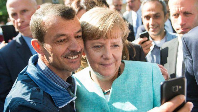 Op 10 september 2015 poseerde Angela Merkel voor een selfie met een vluchteling. Beeld ap