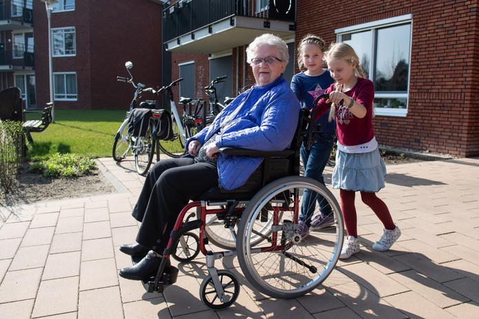 ALMELO - Een groepje kinderen van gbs De Fakkel gaan activiteiten ondernemen met bewoners van zorgcentrum Eugeria. Andreia van Dijk en Naäma Peters (rode trui) wandelen met Mw. Pouwels.