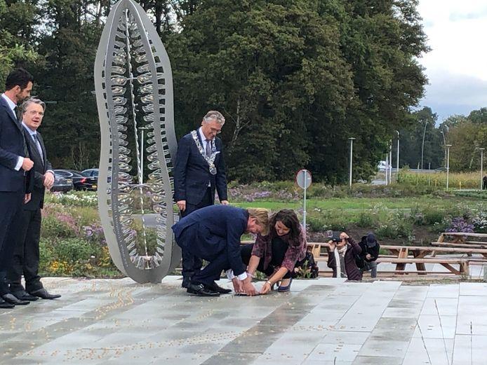 De koning legt het laatste deel van hetkunstwerk bij de opening van de BICin Eindhoven, samen met kunstenaar Juul Rameau.
