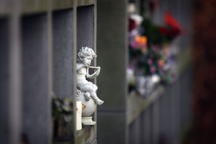 De urnenwand op de begraafplaats aan de Oude Baan in Rosmalen.