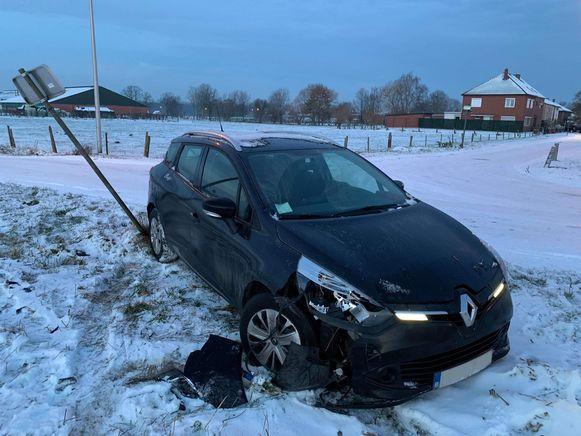 In Schimpen bij Hasselt slipte een auto van de rijbaan
