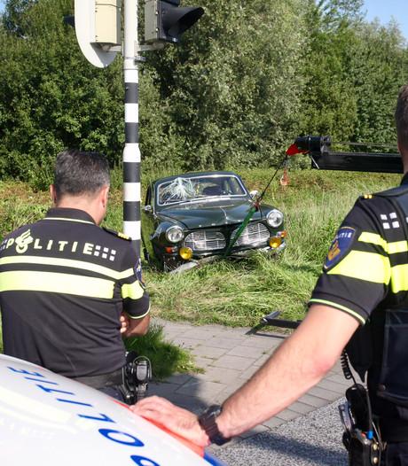 Man rijdt met 51 jaar oude Volvo in sloot Hulten
