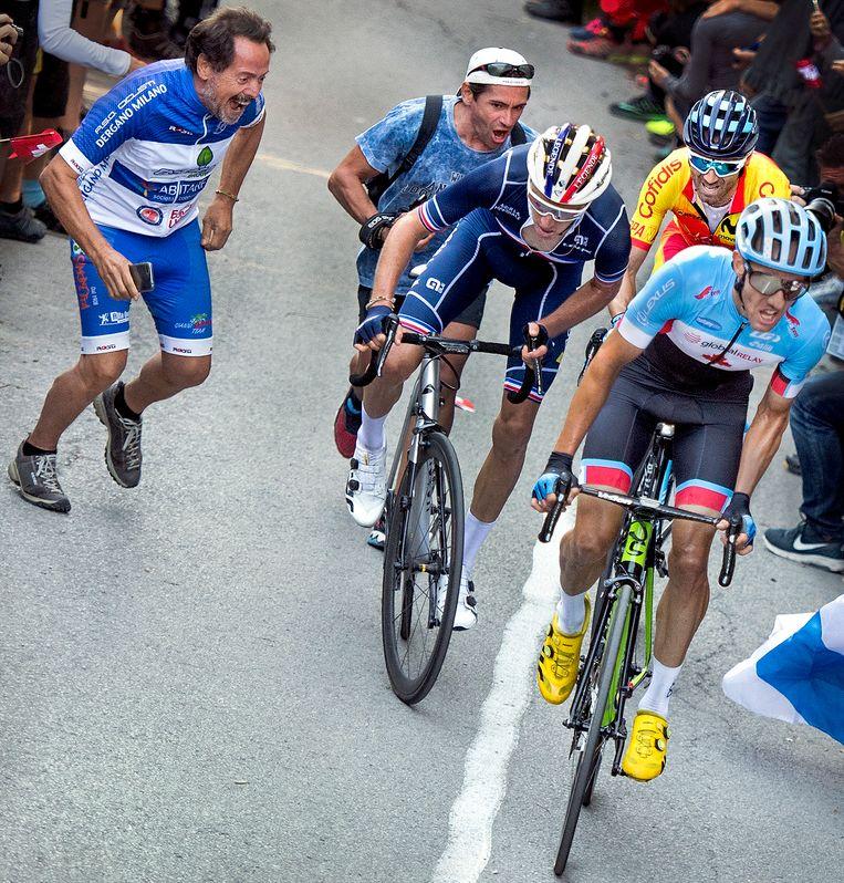 Valverde klimt in het derde wiel. Beeld Klaas Jan van der Weij / de Volkskrant