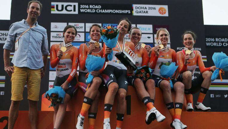 De vrouwen van Boels Dolmans Cycling vieren hun gouden medaille op de ploegenachtervolging Beeld anp