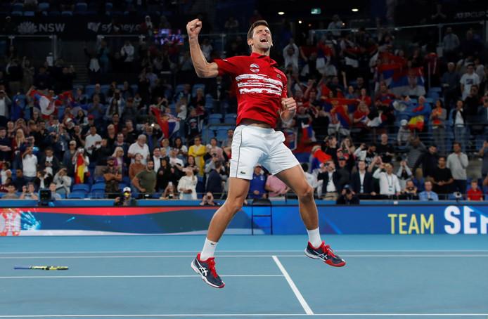 Novak Djokovic viert de overwinning in de beslissende dubbel.