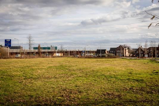 Het leegstaande veld aan de Heistraat in Veldhoven. Hier moeten een Domino's pizza's en een een KFC restaurant komen te staan.