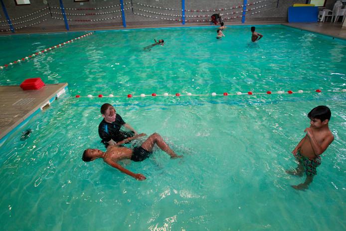 Zwemlessen voor kinderen van statushouders in De Smagtenbocht (archieffoto).