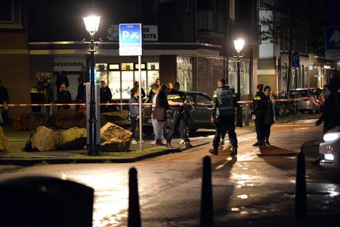 Onderzoek door politie na de schietpartij in de Newtonstraat.
