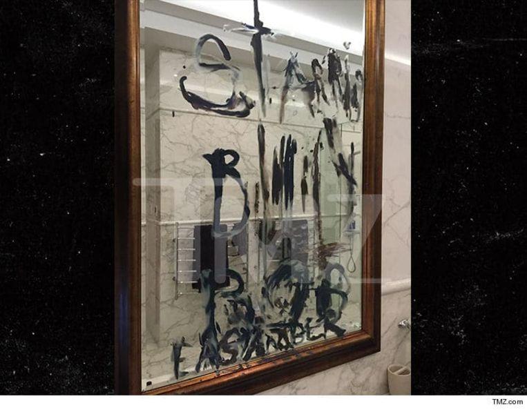 Op de spiegel staat 'Starring Billy Bob' geschreven. Naar verluidt schreef Depp de boodschap zelf met zijn afgesneden vingertopje.