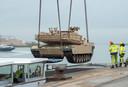Een Abrams tank wordt aan boord van binnenvaartschip Vita Dura geladen.