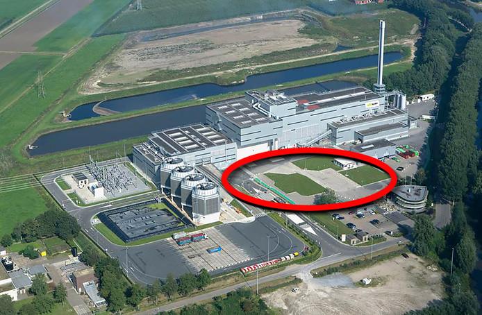 Rode cirkel geeft locatie aan van nieuwe Biomineralenfabriek van Suez ReEnergy en de ZLTO in Roosendaal. Het eerste plan voorzag in een fabriek op het braakliggende perceel rechtsonder.