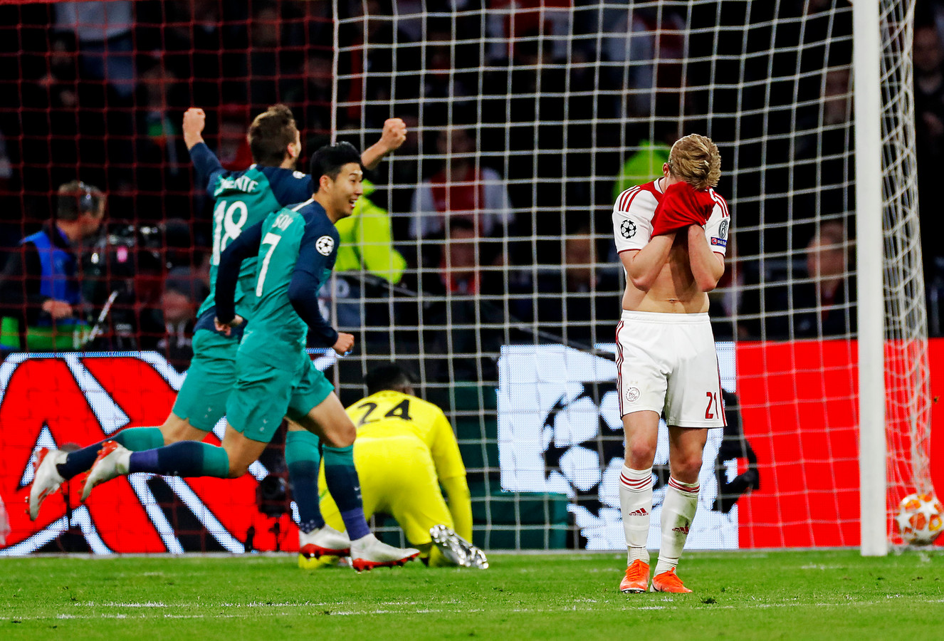 Frenkie de Jong treurt na de winnende goal van Lucas Moura.