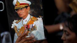 Thai ontslagen na kritiek op muzikale vaardigheden van overleden koning Bhumibol