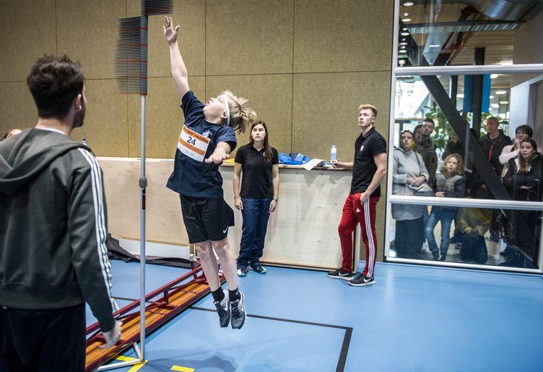 Op 'lang en sterk' tijdens de talentendag van sportkoepel NOC-NSF komen potentiële volleyballers en roeiers af. Ouders mogen toekijken, maar wel achter glas. Beeld Koen Verheijden