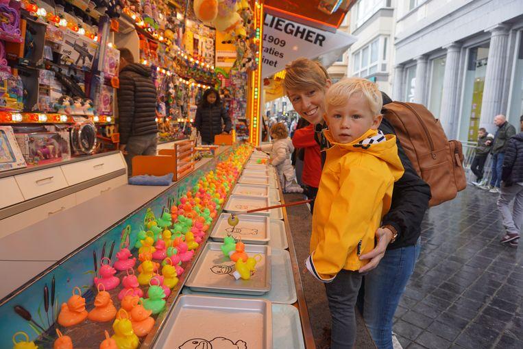 OOSTENDE - Terwijl Eli vist naar eendjes, gooit Seppe lustig ballen op de Oostendse Oktoberfoor. De kermis kende een wisselende start na droog en zonnig weer op zaterdag en typisch herfstweer op zondag.