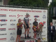 Nina Kessler pakt de bloemen in Riethoven, Hoogeboom lachende zesde