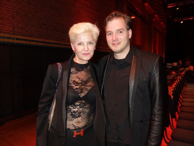 Catwalkcoach Mariana Verkerk en collega Diogo Groot (The Model Convention), die mij door de show hielp. 'Ze kijken niet boos. Dat is neutraal. Zonder expressie' Beeld Schuim