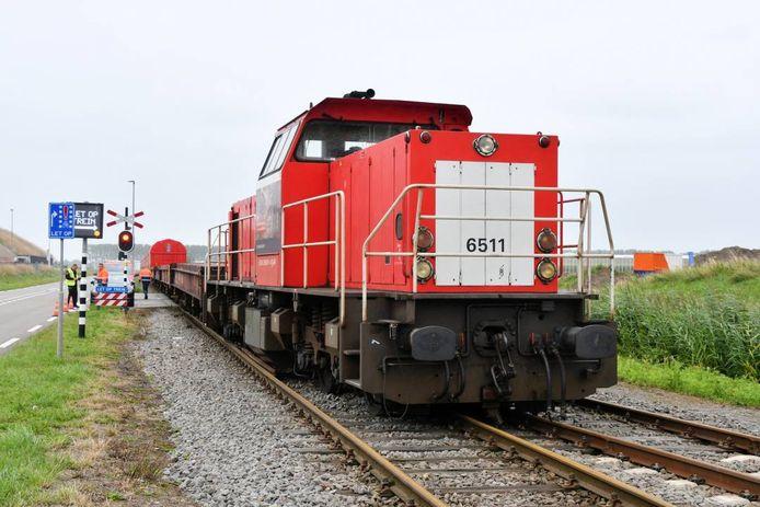 De locomotief liep uit de rails.
