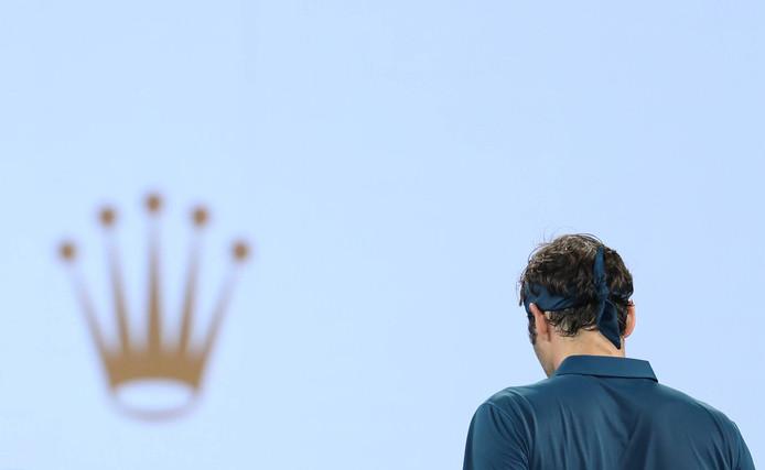 Roger Federer. Links het logo van een van zijn sponsors: Rolex.