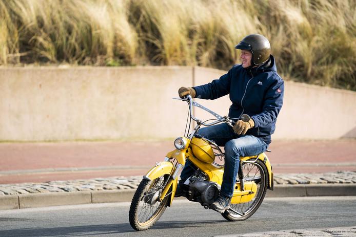 Een van de liefhebbers van Puch en Tomos bromfietsen rijdt op een van de voertuigen die van Scheveningen naar Den Haag rijden tijdens Kouwe Klauwe 2020.