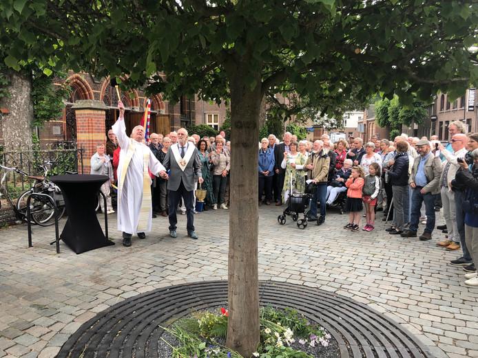 Kruisheer Rein Vaanhold zegent de geloofsboom met daarin de beeltenis van OL Vrouw ter Linde.