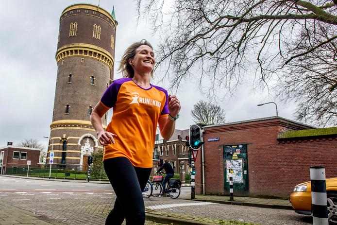 Ardie Gijsbers traint voor de New York Marathon, die ze voor KiKa gaat lopen.