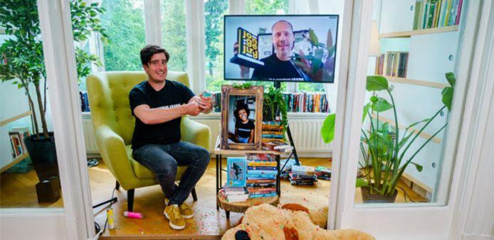 Buddy Tegenbosch (op het videoscherm) viert vanuit zijn huis in Eindhoven dat hij gewonnen heeft. Oud-Eindhovenaar Oscar Kocken (links) was de presentator van de live-uitzending