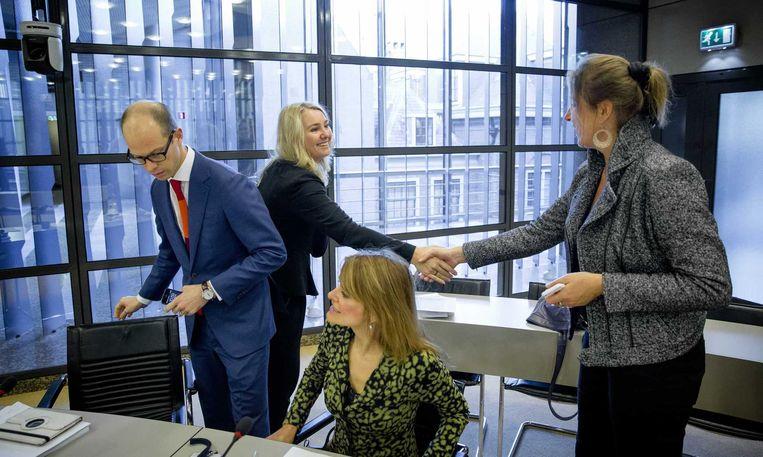 Minister Melanie Schultz van Haegen (2eL) van Infrastructuur en Milieu schudt handen met VVD-Kamerlid Betty de Boer tijdens een overleg in de Tweede Kamer over het MIRT projectenboek 2015, het meerjarenprogramma Infrastructuur, Ruimte en Transport. Beeld anp